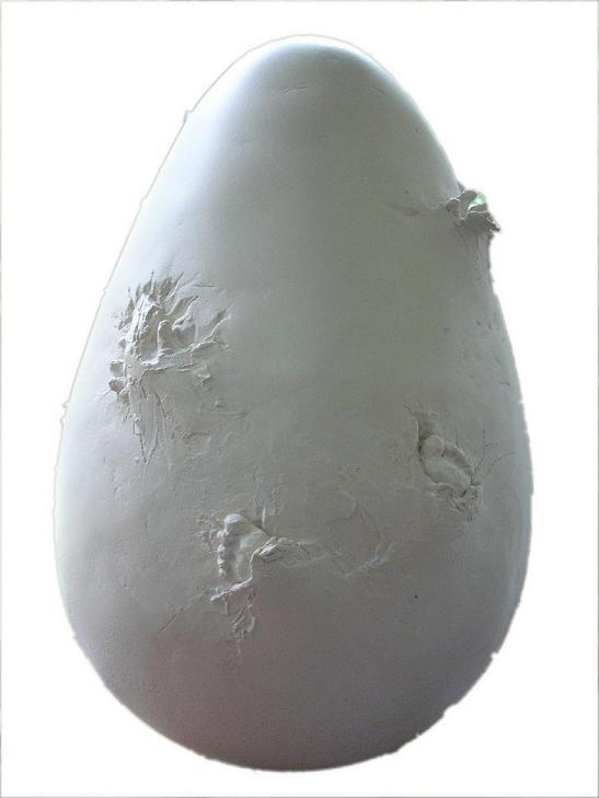 sculpture oeuf en ceramique avec bebe terre cuite bebe né dans un oeuf