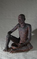 vieux sage africain assus terre cuite au feu de bois