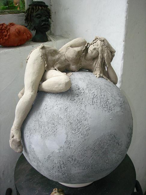 sculpture sphere et femme
