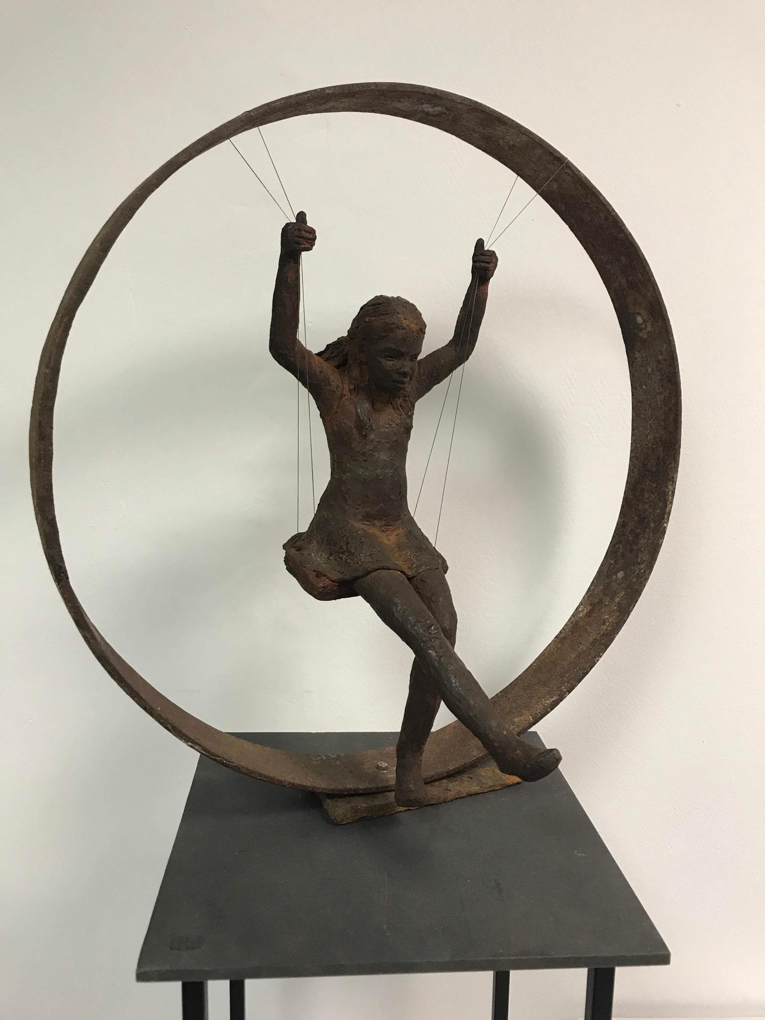 Sculpture terre cuite patinée petite fille balançoire dans un cercle