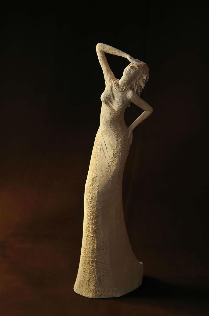 sculpture femme longue blanche en terre cuite