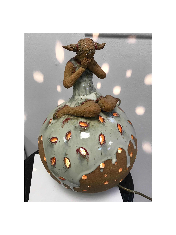 lampe sculpture petite sphere avec personnage