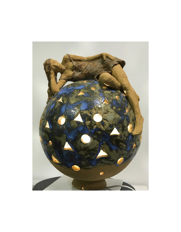 lampe sculpture sphère avec personnage terre cuite emmaillée grès