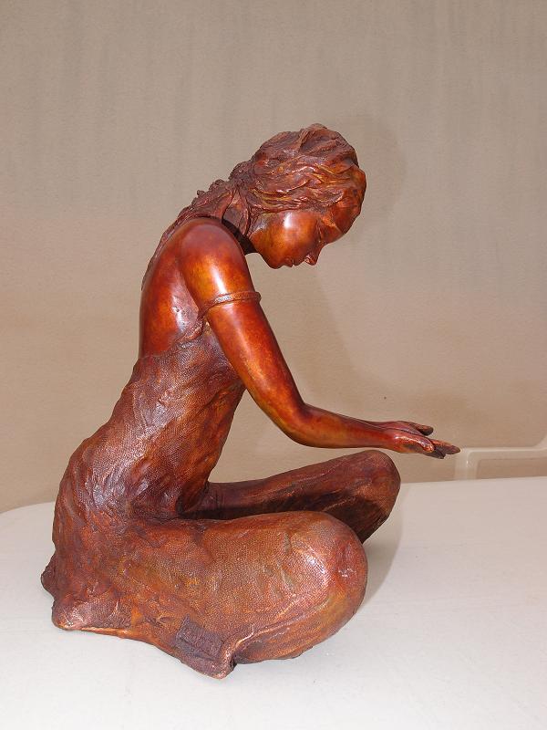 bronze femme offrande sculpture en bronze femme assise en offrande