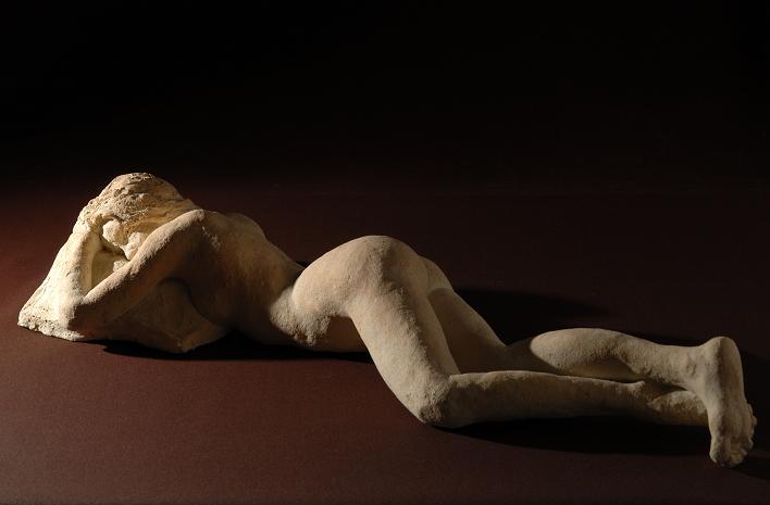 nu sculpture allongee